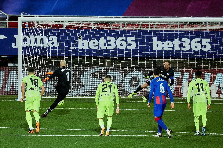 Вратарь «Эйбара» сам пошел бить пенальти «Атлетико» прямо в первом тайме. И  забил! | Гол.ру